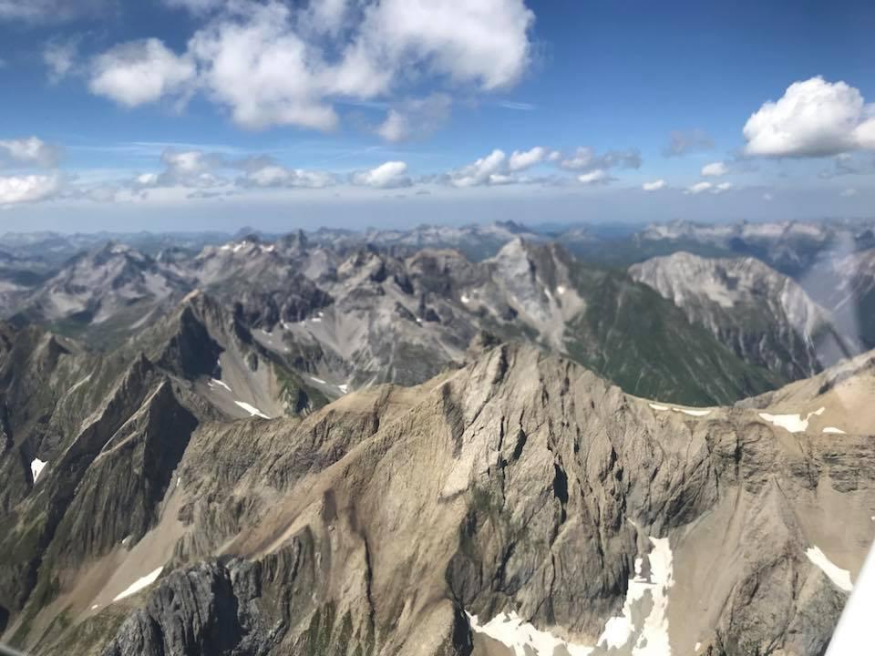 Flug über Berge