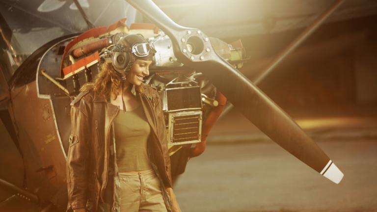 Frau vor einem alten Flugzeug ohne Cownling
